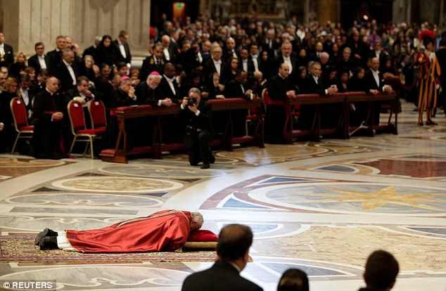 O Papa Francisco está no chão durante a Sexta-Feira Santa da Missa do Senhor na Basílica de São Pedro, no Vaticano, na sexta-feira