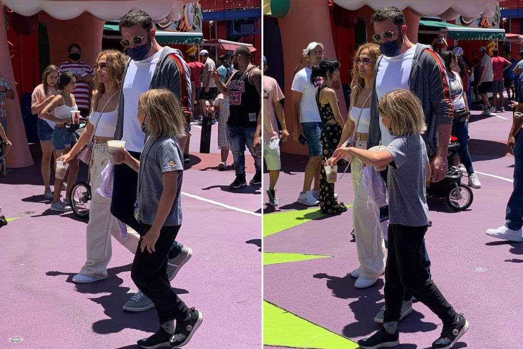 Jennifer López y Ben Affleck cautivan en parque temático de Los Simpson