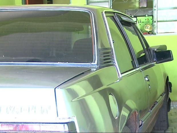Segundo testemunha, o carro de Santos teve o retrovisor danificado pelo suspeito,  (Foto: Valdinei Malaguti/EPTV)