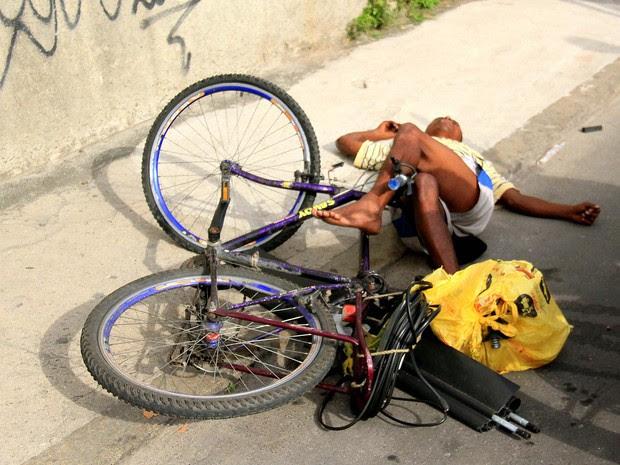 Suspeito de praticar roubo na estação de Piedade bate em poste e fica desacordado ao tentar fugir (Foto: ELLAN LUSTOSA/FUTURA PRESS/ESTADÃO CONTEÚDO)
