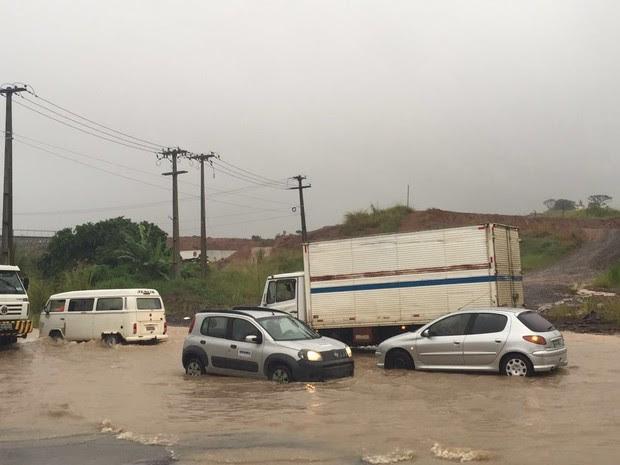 Na BR-101, em Ponte dos Carvalhos, carros tiveram dificuldades para transitar na via (Foto: Danilo César/TV Globo)