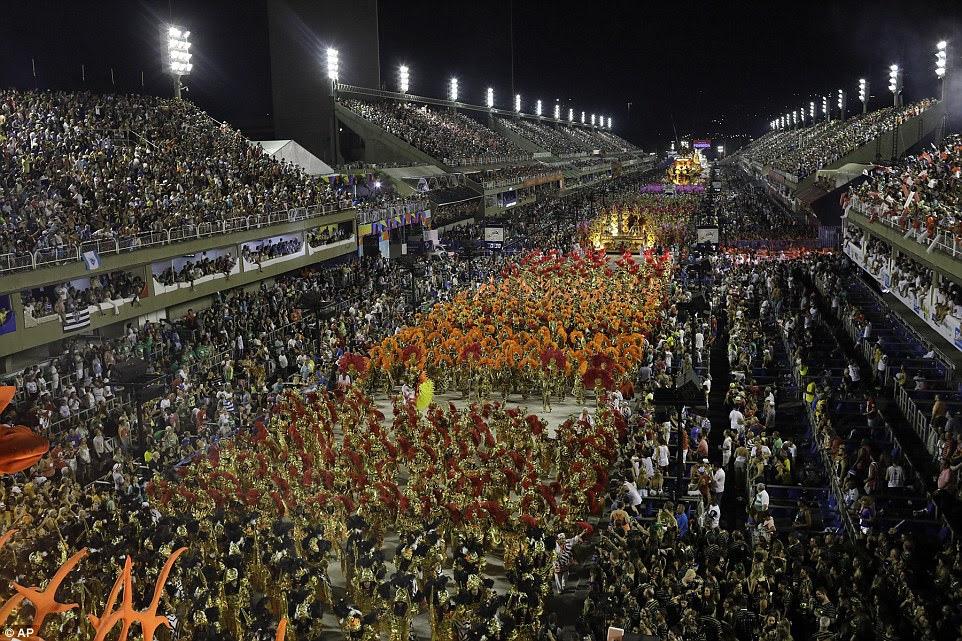 Uma explosão de cor: a escola de samba de Salgueiro desfila através do Sambódromo na segunda noite de desfiles e o quarto dia do festival