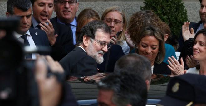 Rajoy se sube a un coche tras la moción de censura en el Congreso. REUTERS/Sergio Pérez