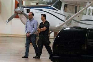 ESTRANHEZA O ex-secretário executivo do Turismo Frederico Silva Costa, algemado pela PF, em Brasília. Uma quadrilha fraudava os convênios da pasta  (Foto: Sérgio Lima/Folhapress)