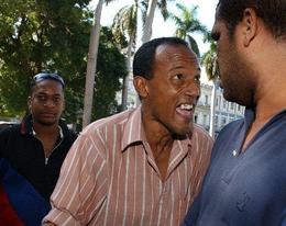 Fanáticos de béisbol discuten sobre su deporte favorito en La  Habana