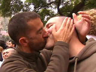 Una parella d'activistes homosexuals es besen davant del Museu Diocesà.
