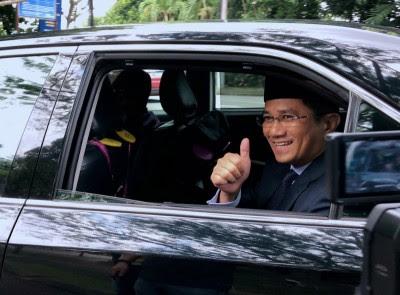 阿兹敏乘车进入武吉加央安行宫,向在场的媒体竖起拇指赞好。