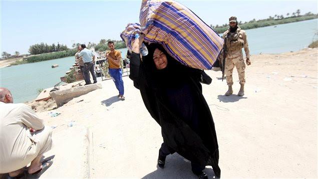 Des sunnites fuyant Ramadi une journée avant sa prise par l'EI aux mains des forces gouvernementales.