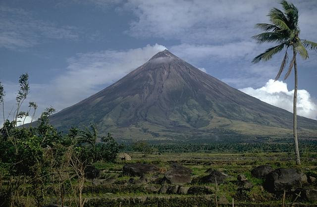 http://kwentongpinas.files.wordpress.com/2008/06/mayon1.jpg