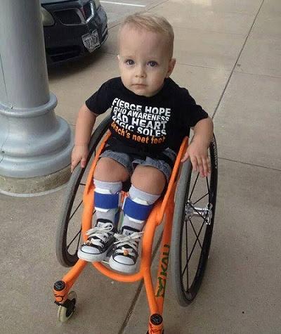 garotinho cadeirante