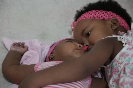 Valentina recebe o carinho da irmã Ana Júlia, de 3 anos