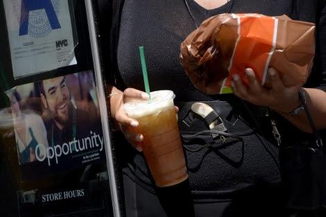 Una mujer camina por Nueva York con un refresco gigante | Efe