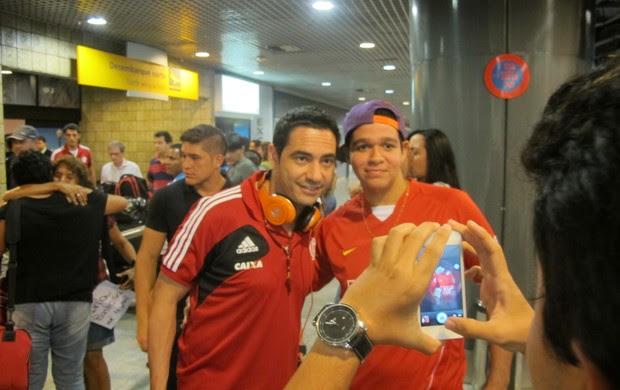 Chicão e torcedor, desembarque Flamengo em Recife (Foto: Janir Júnior)