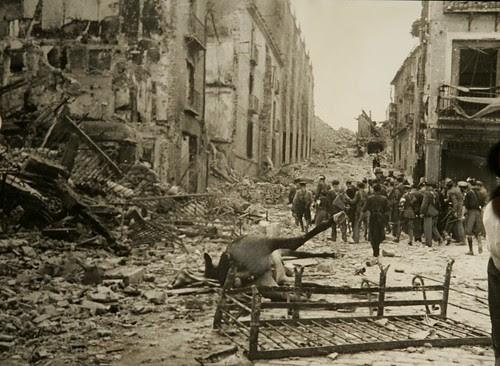 Caballos muertos en Zocodover en 1936. Colección Luis Alba