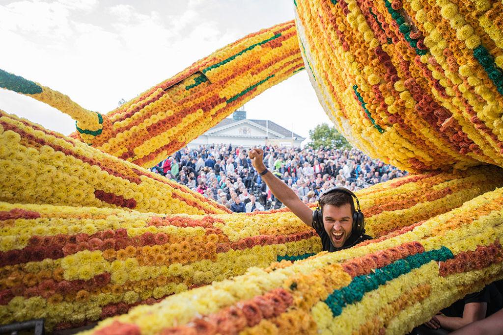 Desfile anual do Corso de Zundert homenageia van Gogh com carros alegóricos monumentais adornados com flores 04
