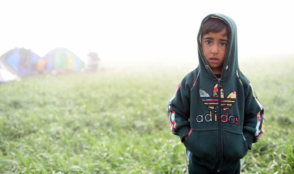 El pasado 8 de marzo, un niño posa solo en medio del campo de refugiados de Idomeni (Grecia).