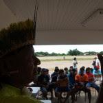 Cacique Damião em reunião na aldeia.