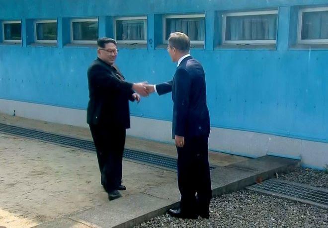Η χειραψία όπως μεταδόθηκε από τη νοτιοκορεατική τηλεόραση