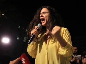 A jurista Janaína Paschoal ataca o governo de Dilma Rousseff durante protesto com outros juristas pelo impeachment, denominado 'Grande Ato em Defesa das Instituições', no Largo São Francisco em São Paulo na noite de segunda-feira (4) (Foto: José Patrício/Estadão Conteúdo)