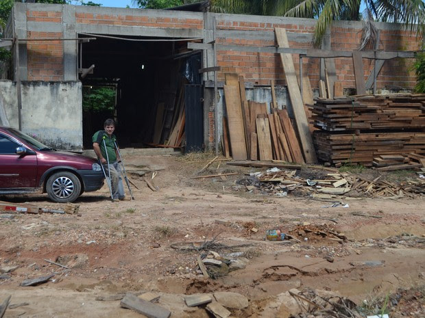 Jair Cardozo mora a cerca de 30 metros da marcenaria que é proprietário (Foto: Pâmela Fernandes/G1)
