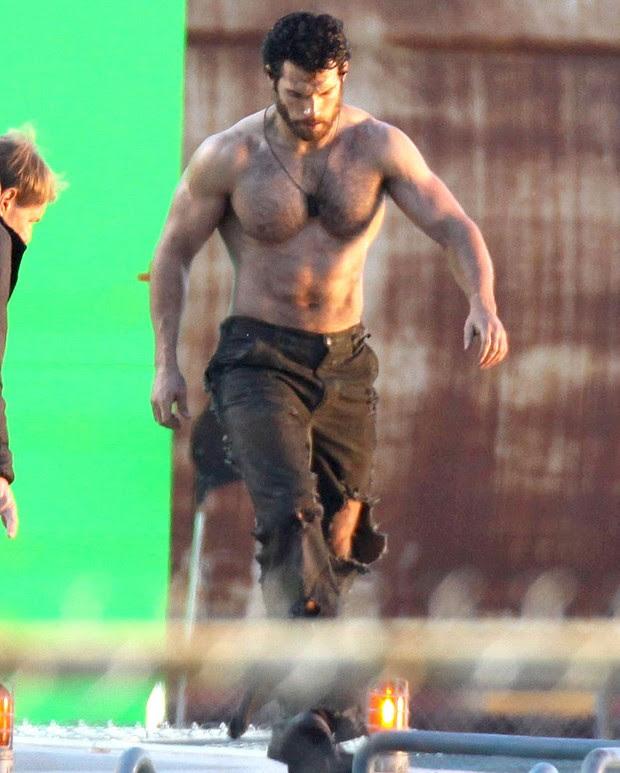 Cavill e o corpo adquirido nos seis meses de treinamento na Gym Jones - treino foi retomado recentemente para as filmagens de Batman vs. Superman (Foto: Reprodução)