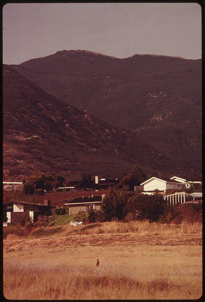 File:HOUSES NEAR THE PACIFIC OCEAN NORTH OF MALIBU, CALIFORNIA, ON THE NORTHWESTERN EDGE OF LOS ANGELES COUNTY - NARA - 557530.jpg