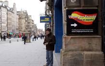 El cartel de la agencia Viajar por Escocia, en la Milla Real de Edimburgo