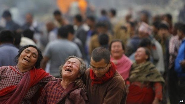 Family members break down during the cremation of earthquake victims in Bhaktapur near Kathmandu (26 April 2015)