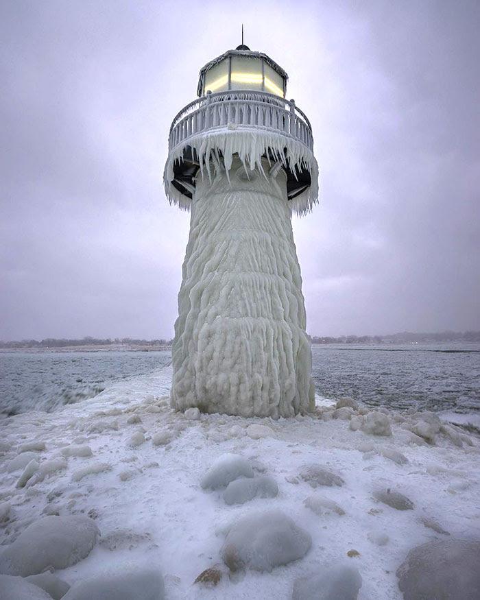Clima ártico en St. Joseph Michigan. Hasta el faro está helado