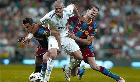 Pepe pugna con Villa y Busquets en busca del balón, el sábado en el Bernabéu.