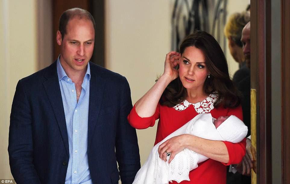 El príncipe Guillermo y la duquesa de Cambridge parecían nerviosos antes de que emergieran con su nuevo hijo