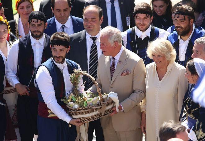 Το πριγκηπικό ζεύγος λαμβάνει ως δώρα παραδοσιάκα προϊόντα της Κρήτης