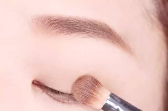 Hướng dẫn chi tiết từng bước một với 4 kiểu eyeline thanh mảnh sắc nét dành cho nàng mới tập tành kẻ mắt - Ảnh 5.
