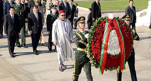 Le Roi Mohammed VI dépose une gerbe de fleurs devant le monument aux héros du peuple à Pékin