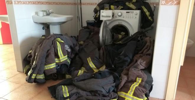Las lavadoras del cuarte de bomberos de Málaga, insuficientes para desintoxicar y desinfectar el material de los profesionales. TWITTER @encierrobombmlg