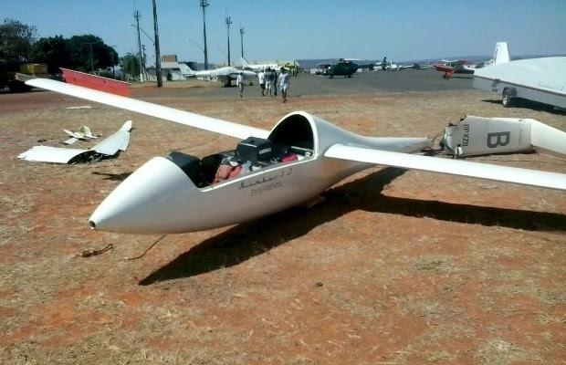 Após colidir com avião, planador também se chocou contra poste e para-raio, em Formosa, Goiás (Foto: Divulgação/Corpo de Bombeiros)