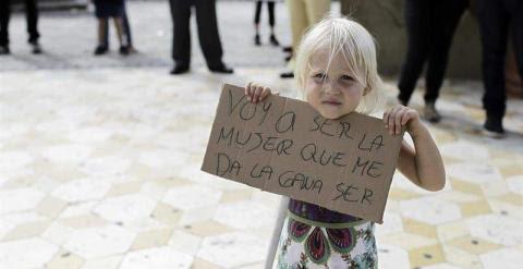 Una niña sostiene un cartel con motivo del Día Internacional de la mujer en una foto de archivo - EFE / JEFFREY ARGUEDAS