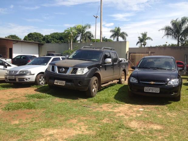 Carros apreendidos com quadrilha que sequestracva gerentes de bancos, em Goiás (Foto: Fernanda Borges/G1)