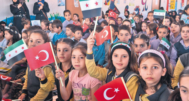 Dünya Şehit Çocukları Vakfı'nın Hatay'da açtığı okulda eğitim gören Suriyeli 540 yetim öğrenci karne sevinci yaşadı. Vakfın yaptırdığı 11 derslikli Dünya Şehit Çocukları Okulu'nda Türkçe'nin yanı sıra İngilizce, matematik, fen ve din dersi eğitimi gören öğrenciler, düzenlenen törenle karnelerini alarak yaz tatiline girdi. (Salim Taş - Anadolu Ajansı)