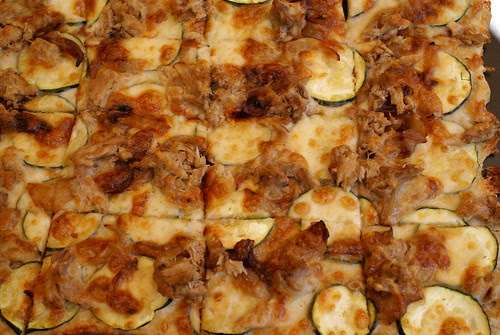 Pizza de tonyina, carbassó i ceba