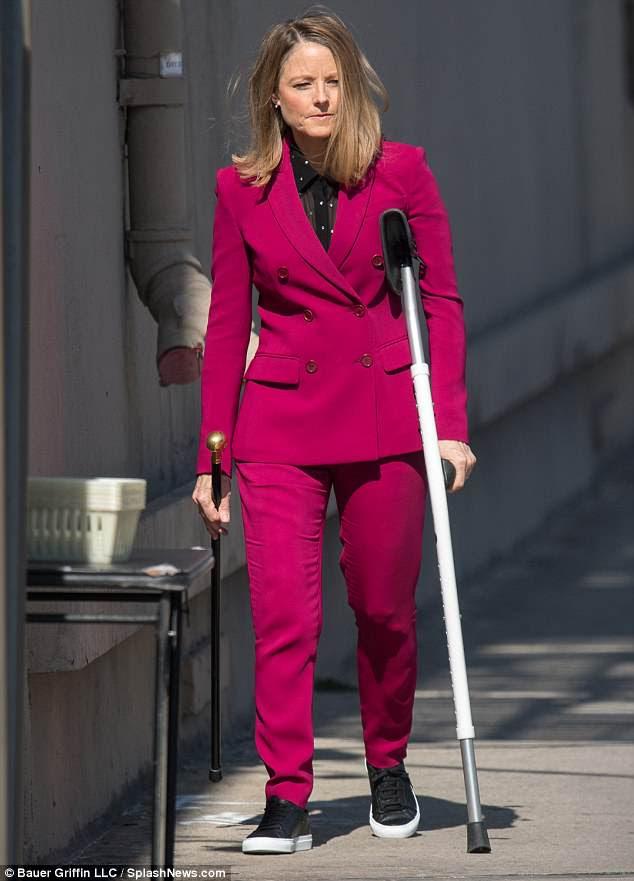 Ajuda: Foster foi forçada a usar uma muleta durante a trilha de imprensa para seu novo filme na segunda-feira - depois de tomar um tombo nas pistas de esqui no início deste ano