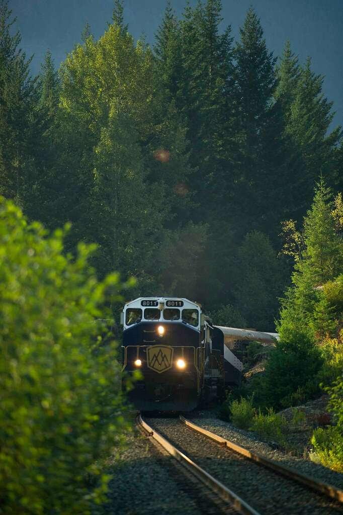 Το φως του ήλιου νωρίς το πρωί του καλοκαιριού και προσφέρει εκπληκτική θέα στον φυσικό μεγαλείο από το τρένο.  Φωτογραφία: Cameron Davidson, Rocky ορειβάτης