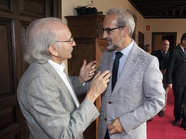 El rector de la Universidad de Salamanca, Daniel Hernández Ruipérez (d) y el escritor vallisoletano José Luis Alonso de Santos. Foto: © Efe/Raúl Sanchidrián