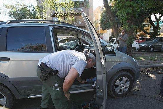 Policias fazem perícia no carro da juíza Patrícia Acioli, baleada em Niterói, na região metropolitana do Rio