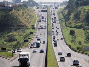 Dutra tem trânsito intenso no trecho de São José dos Campos (Foto: Carlos Santos/G1)
