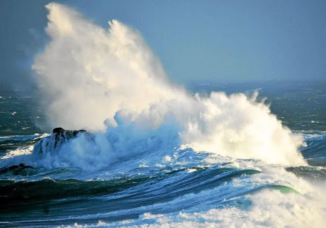 La mer démontée (ci-dessus : un cliché pris, hier matin, par l'un de nos lecteurs à Landunvez, dans le Nord-Finistère) a fortement perturbé les liaisons maritimes en Bretagne.