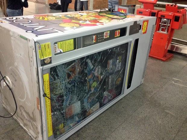 Máquina automática de venda de livros foi danificada pelos vândalos na Estação Barra Funda (Foto: Marcelo Mora/G1)