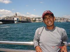 Berlatar belakangkan Galata Bridge & Galata Tower di Golden Horn, Istanbul, Turkey