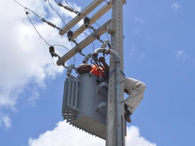 Após levar o choque, homem ficou deitado sobre o transformador preso ao poste  (Foto: Ana Amaral/Prefeitura de Parnamirim)