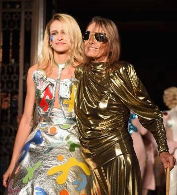 Anita Pallenberg (derecha) con la modelo Alice Dellal desfilando durante la London Fashion Week en septiembre de 2016.